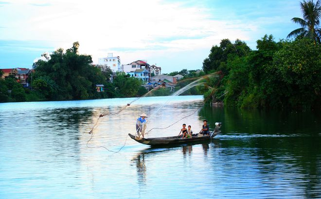 private boat ride in Hue, boat ride on lovely Perfume river, boat trip on perfume river, different boat tour to see other sides of Hue