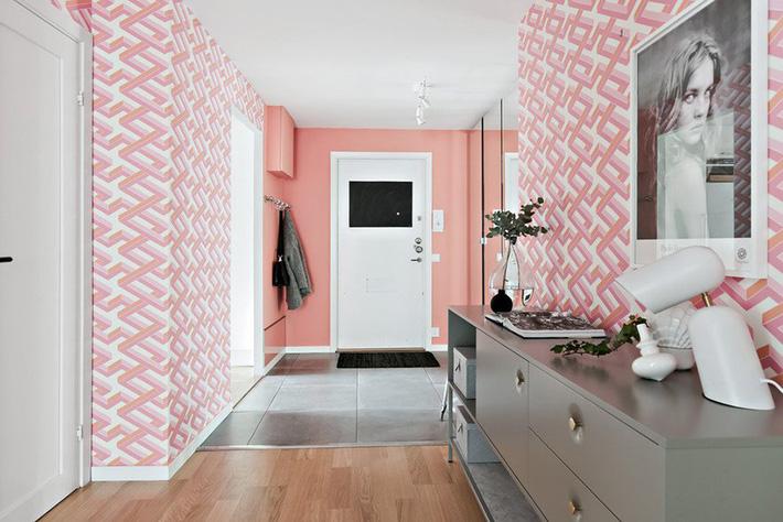 Trang trí hành lang bằng tông màu hồng chủ đạo
