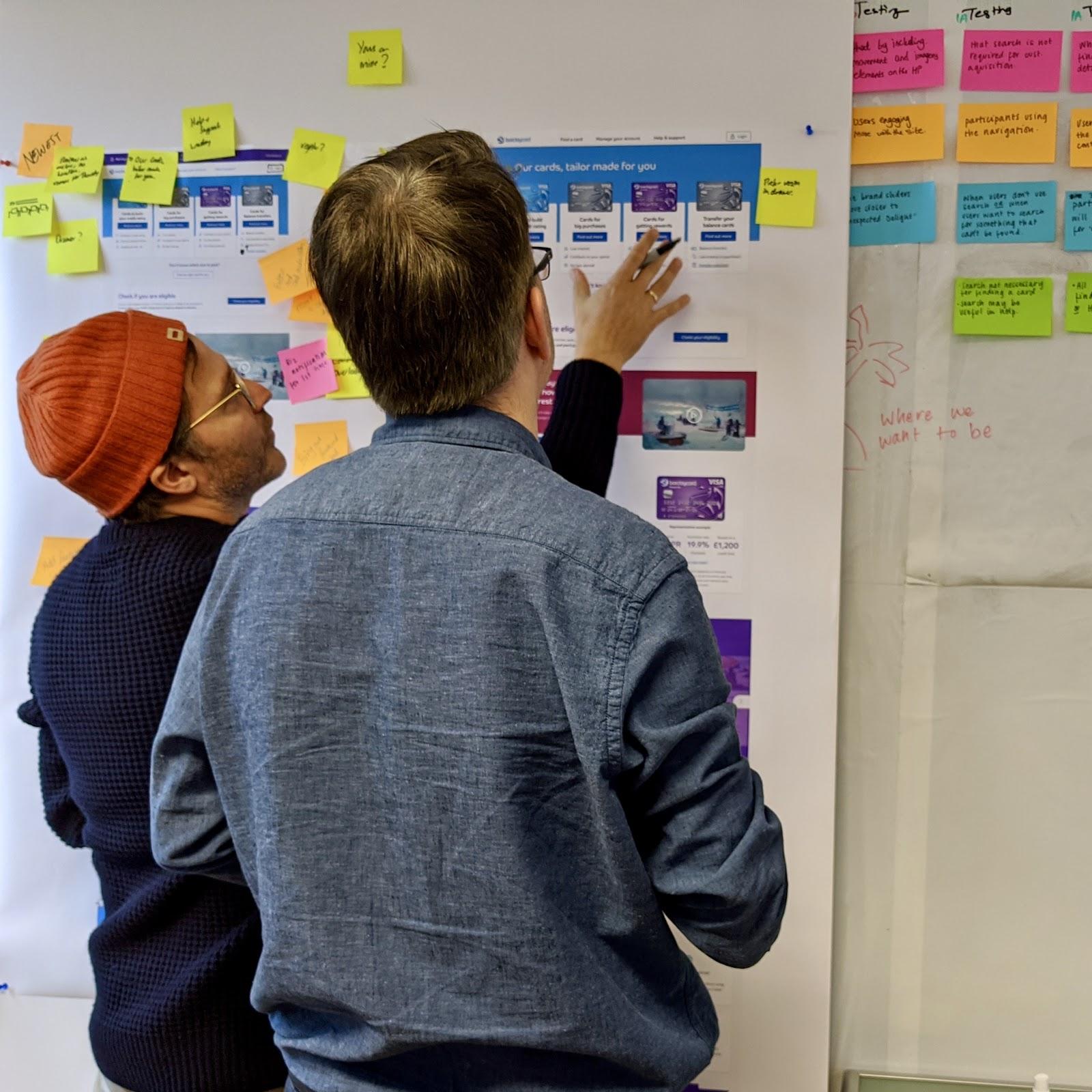 シニア製品デザイナーのコンスタンティノス・ディマコスがチームメンバーとストーリーボードについて協業している。