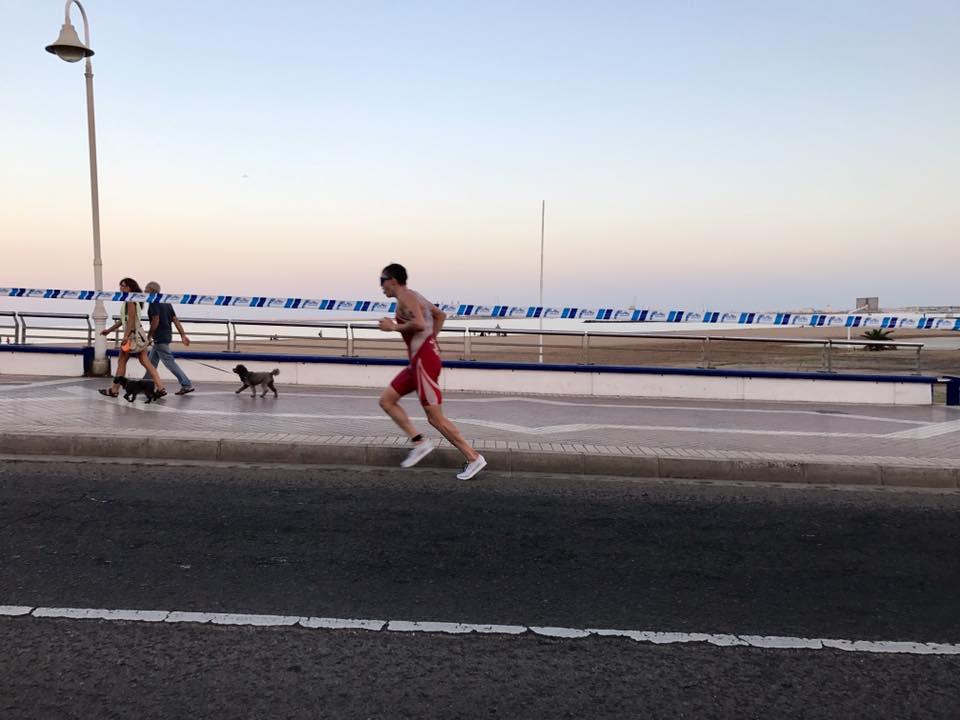 Melilla ETU Miłosz Sowiński biegnie.jpg