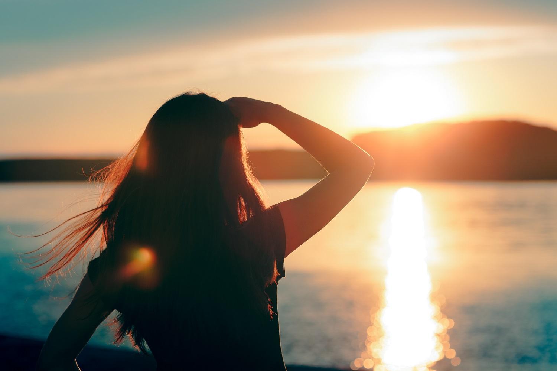 Tú mirando al horizonte de viajes que te quedan por experimentar