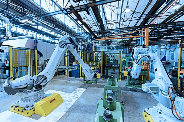 Nuestras fábricas ofrecen soluciones técnicas que incluyen robots de mano, robots cartesianos, manipuladores hidráulicos con capacidades de autoaprendizaje, transelevadores para el manejo de pallets y mucho más.