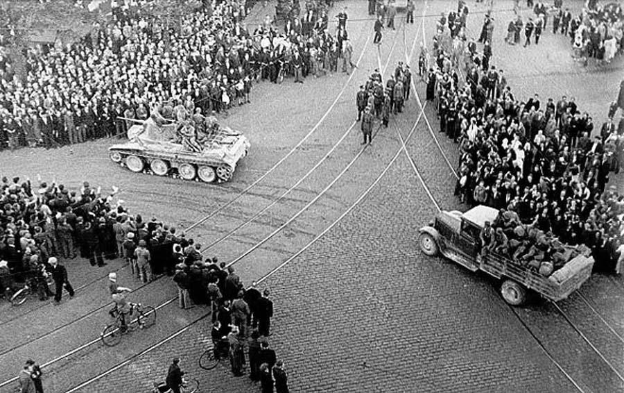 Радянські окупаційні війська вступають у Ригу, 1940. Фото: Wikimedia