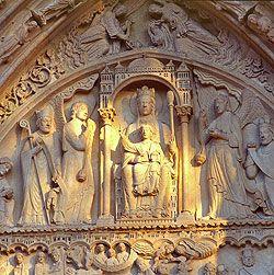 [Notre-Dame de Paris]  Le Portail Sainte-Anne est le portail de la façade occidentale situé à droite. Il a été installé vers 1200 avant les deux autres portails de la façade. Son tympan* est le remploi d'un tympan précédent fait une cinquantaine d'années plus tôt pour la cathédrale précédente (l'ancienne cathédrale Saint-Etienne).