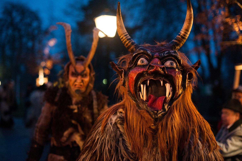 Krampus apareciendo en Navidad en Austria