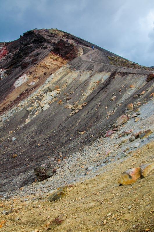 Suťovitý sestup ke Smaragdovým jezírkům. Technicky nejtěžší část treku Tongariro Crossing.