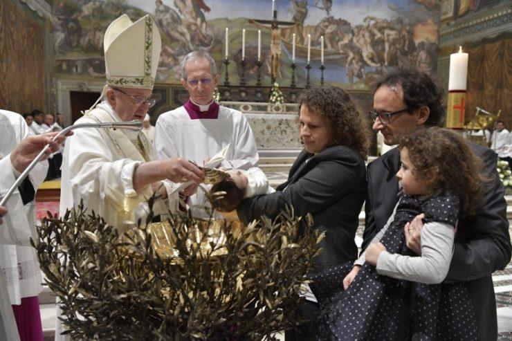 Đức Thánh Cha Phanxico rửa tội 34 bé trong Nhà nguyện Sistine
