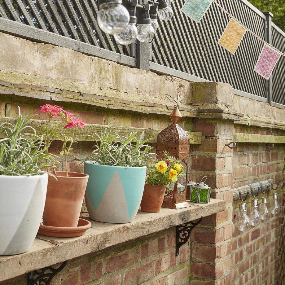 Inspirasi rak kayu sebagai tempat menaruh tanaman hias - source: idealhome.co.uk