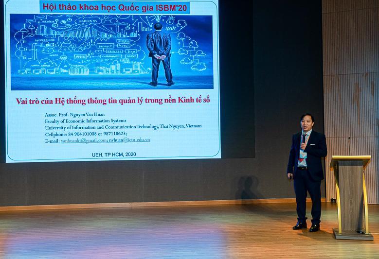 PGS. TS Nguyễn Văn Huân báo cáo về Vai trò của HTTT quản lý trong nền Kinh tế số