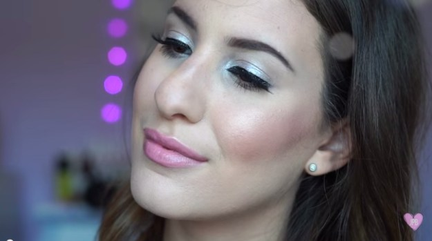 How to Apply Silver Eyeshadow | Pretty Graduation Makeup Tutorials by http://www.makeuptutorials.com/makeup-tutorials-graduation-beauty-ideas