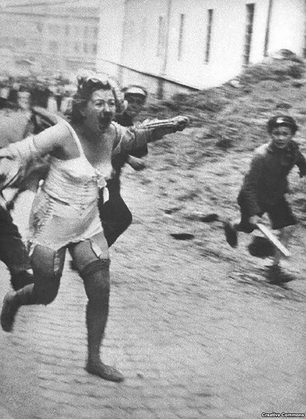 Еврейка убегает от толпы во Львове, городе, который в межвоенное время был польским, затем оккупирован СССР, а после нацистами. Фото сделано в июне или июле 1941 года. При активном поощрении нацистов евреи советской Украины и других оккупированных территорий проживали настоящие ужасы. Тысячи из них были замучены и убиты в ходе погромов, устроенных в Центральной и Восточной Европе