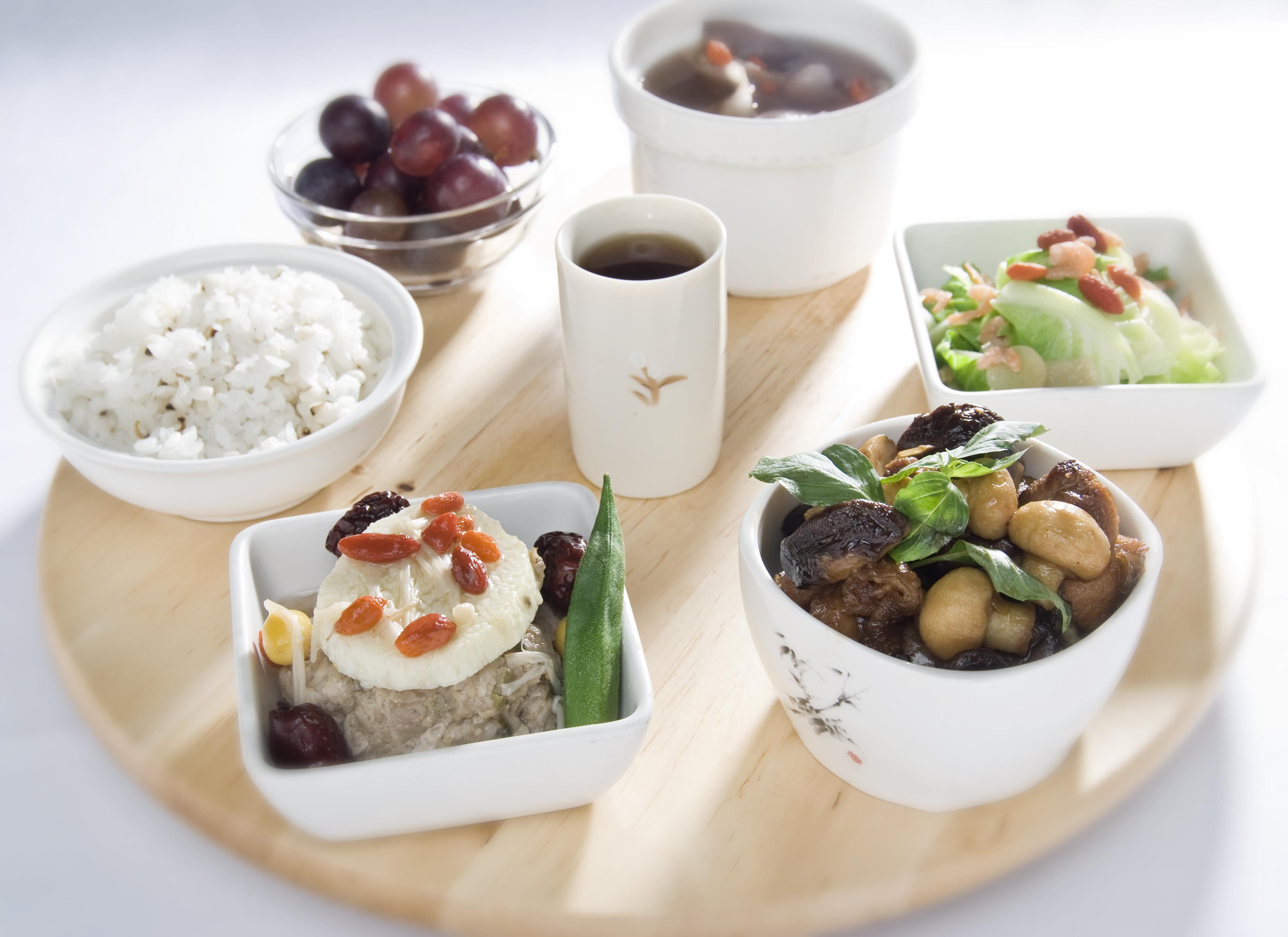 由永康街呂桑食堂進駐,每日現做餐點,非中央廚房食品微波加熱。料理皆由營養師精心搭配,讓媽媽能夠均衡補充營養,並提供養肝茶等多樣特調飲品。