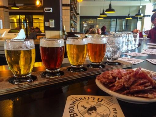 Cervejarias em Amsterdam - Tábua de degustação de cervejas e um salaminho pra acompanhar