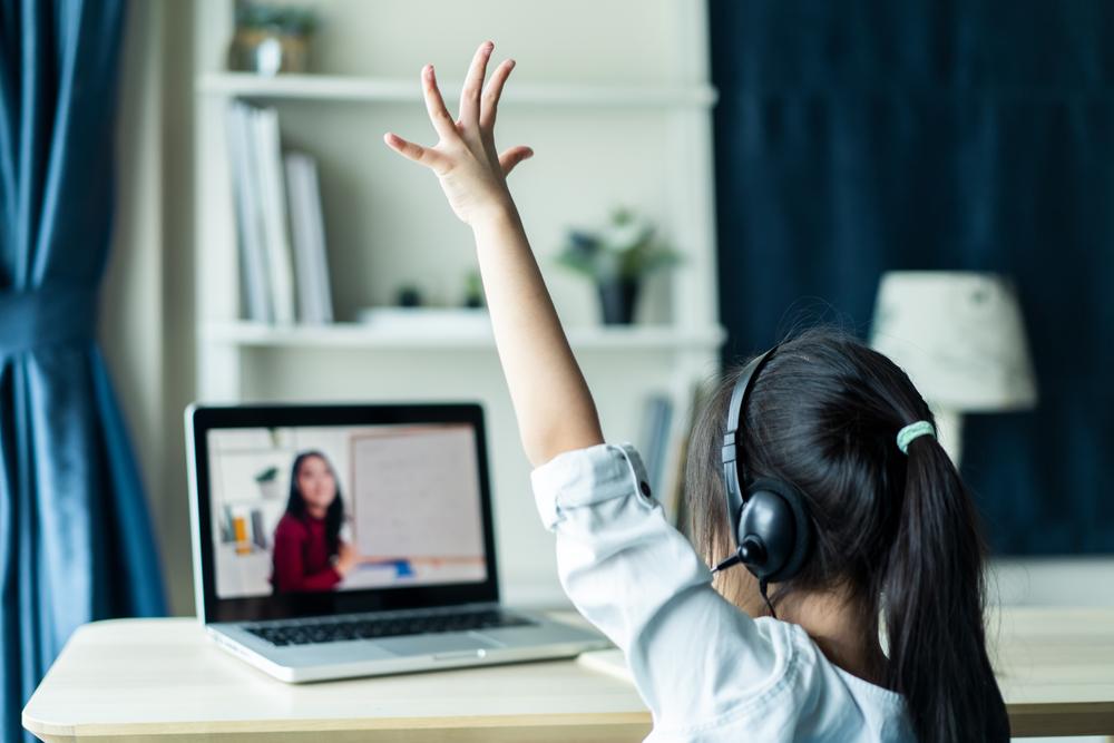 O ensino híbrido exige autonomia do estudante, que é um fator de desenvolvimento — mas a criança deve estar pronta a esse desafio. (Fonte: Hananeko Studio/Shutterstock)