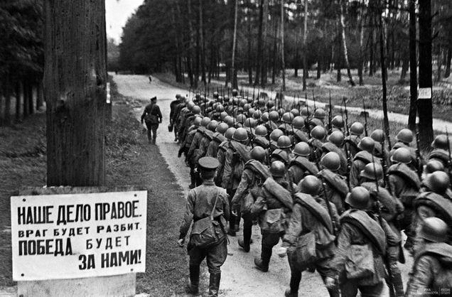 Марширующая колонна красноармейцев