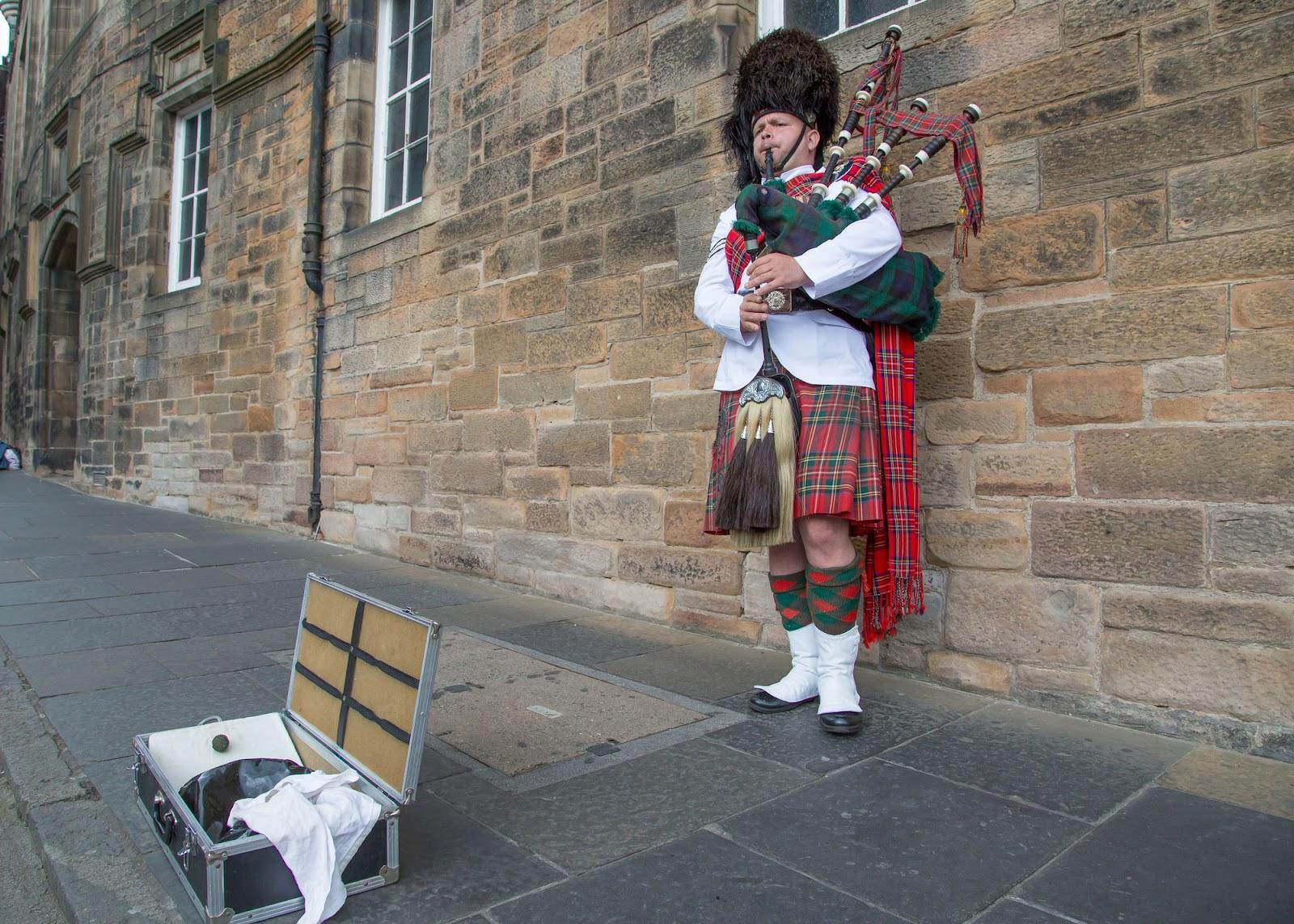 Ein Mann spielt Dudelsack auf der Royal Mile in Edinburgh