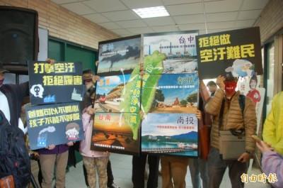 中部地區環保團體、民間團體透過標語,要求環保署硬起來,打擊空污。(記者林國賢攝)