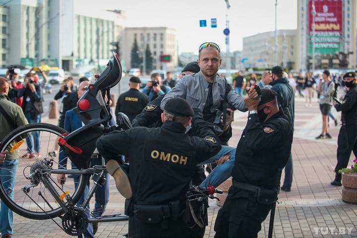 Момент задержания Александра Куушнова сотрудниками ОМОНа, которые посадили его в автозавод «по воздуху».