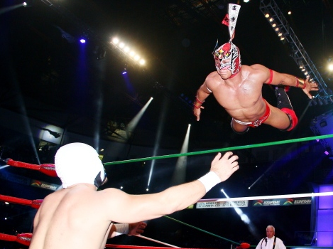 cmll_dragon_lee_dive.PNG