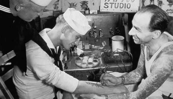 Marinheiros se tatuando