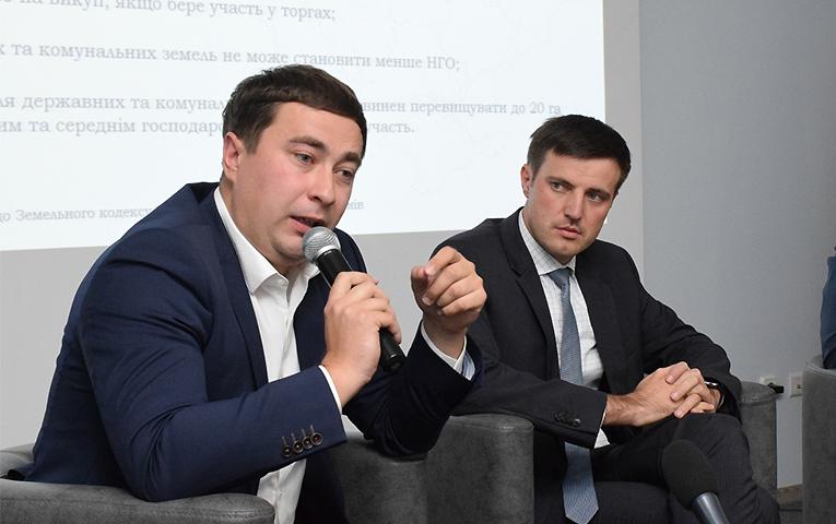 Министр аграрной политики Украины Роман Лещенко (слева), заместитель министра развития экономики, торговли и сельского хозяйства Украины Тарас Высоцкий (справа)