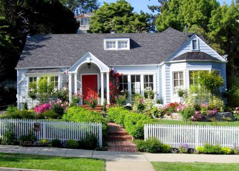 Nhà vườn tân cổ với hoa trước cửa