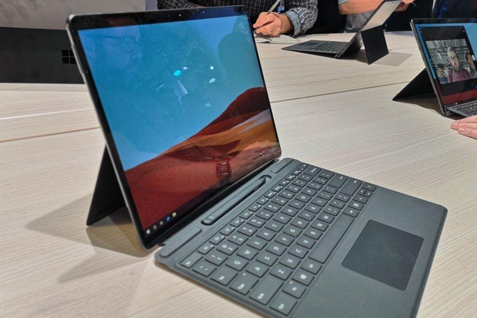 Góc nhìn ngang của bàn phím Surface Pro X
