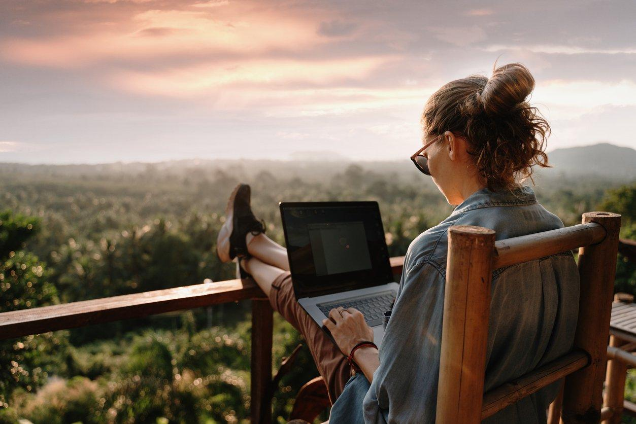 Freelancing | 5 Easy Ways to Make Money While Traveling | Best Travelling Jobs | TrendPickle