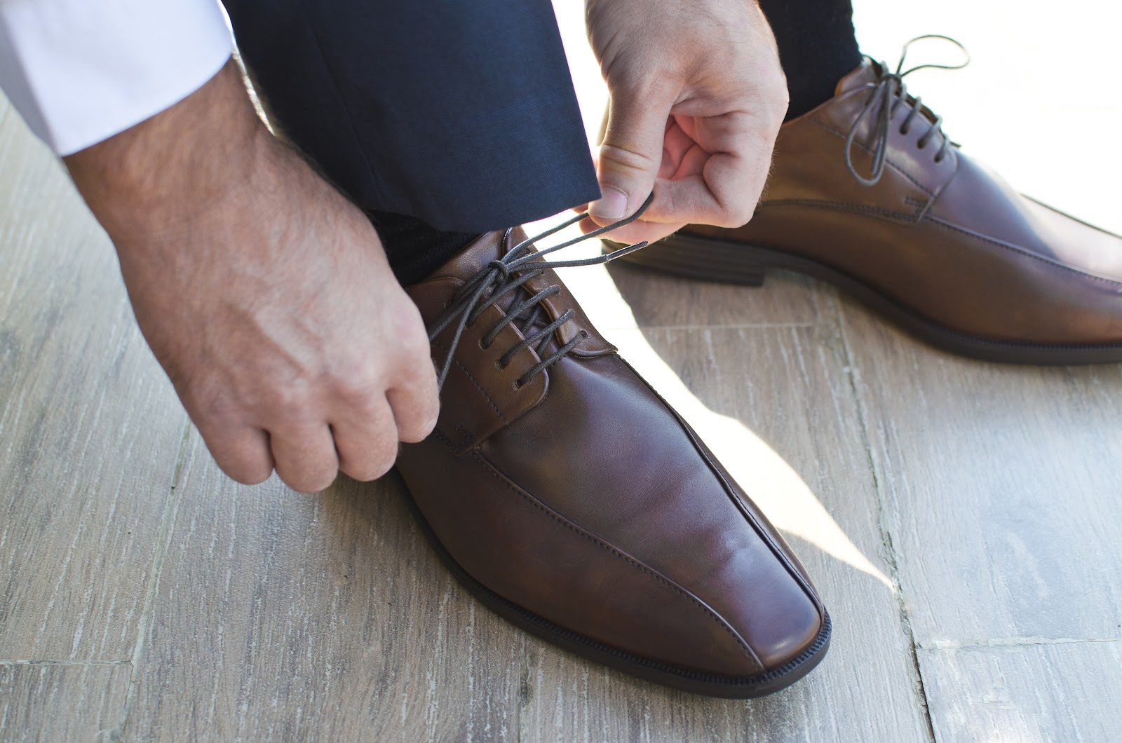 Tying up shoelaces