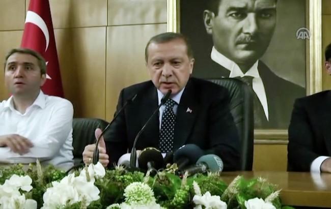 Реджеп Эрдоган обращается к своим сторонником на фоне портрета Ататюрка. Фото AP/Scanpix