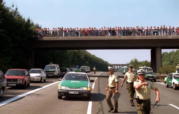 Толпа на мосту через автобан