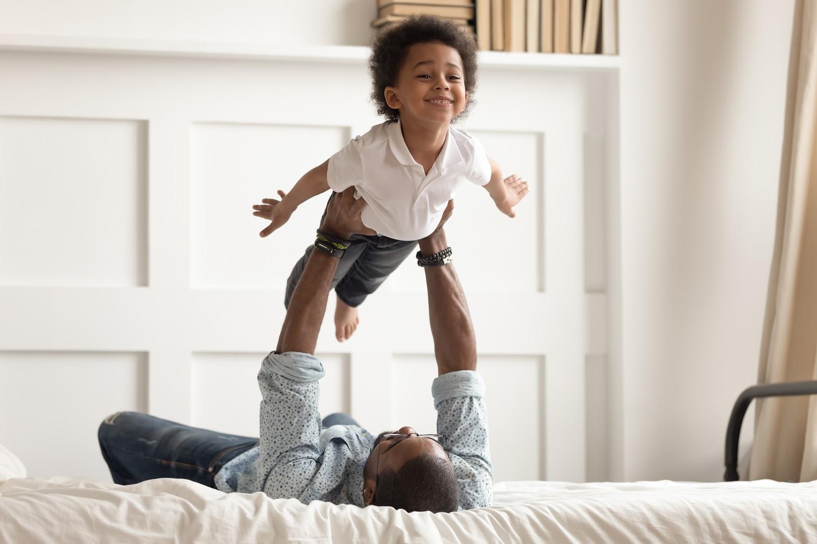 Pai fazendo exercício levantando filha