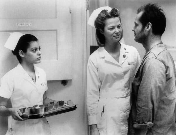 """Louise Fletcher, ortada ve Jack Nicholson, """"Guguk Kuşu Yuvasında Bir Uçtu""""."""