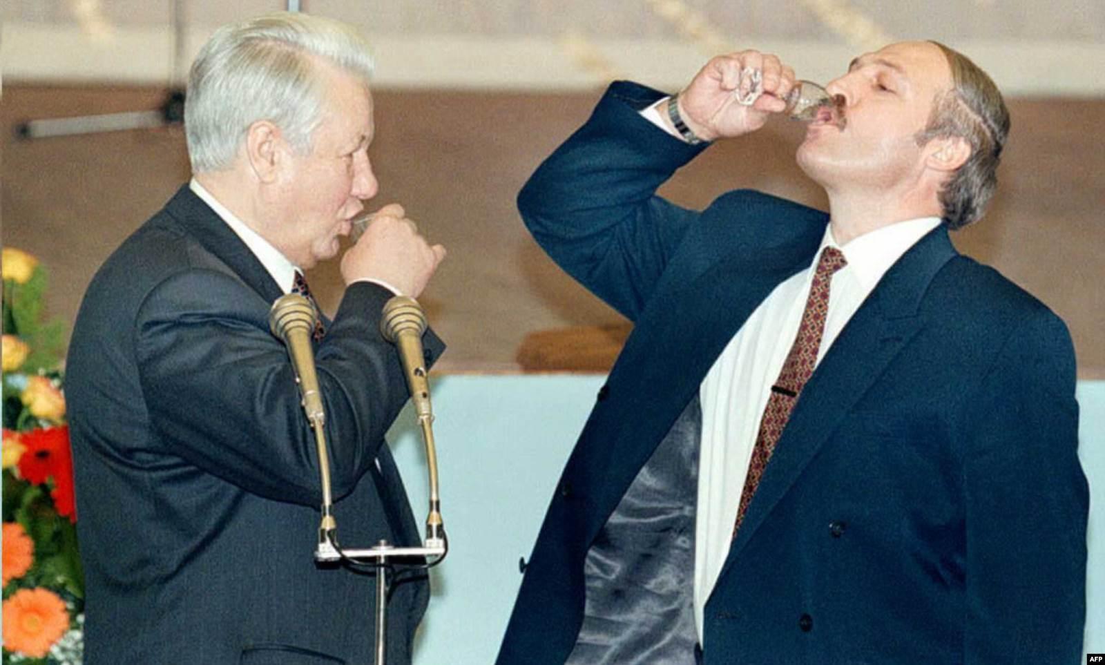 Президент России Борис Ельцин (слева) и президент Беларуси Александр Лукашенко (справа) в Кремле после подписания договора о союзе Беларуси и России. Апрель 1996 года. Фото: AFP