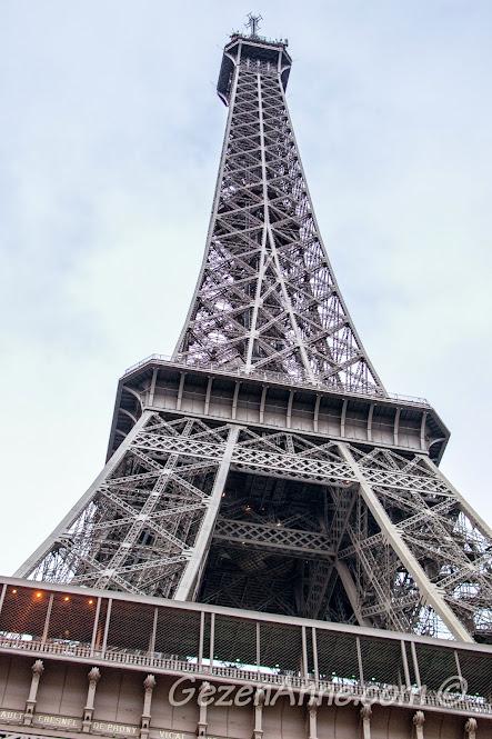 Eiffel kulesinin birinci, ikinci ve tepede üçüncü katları, Paris