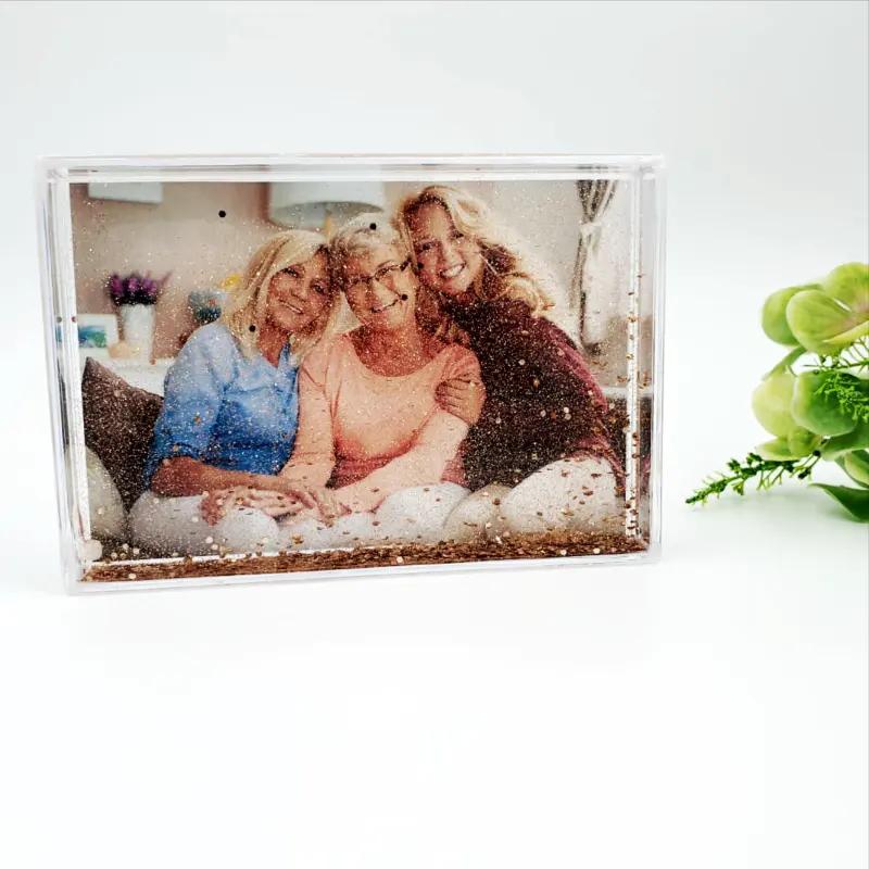 10 idei de cadouri pentru prieteni: rama foto personalizata cu lichid si sclipici