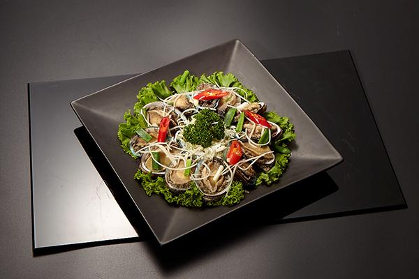 鮑魚也很適合做冷盤,除了口感更嫩,也能吃到鮑魚本身的鮮甜。只需快速汆燙後浸入冰水讓鮑魚肉身收縮,用生菜做底、淋上美奶滋等配醬就可以上桌了。
