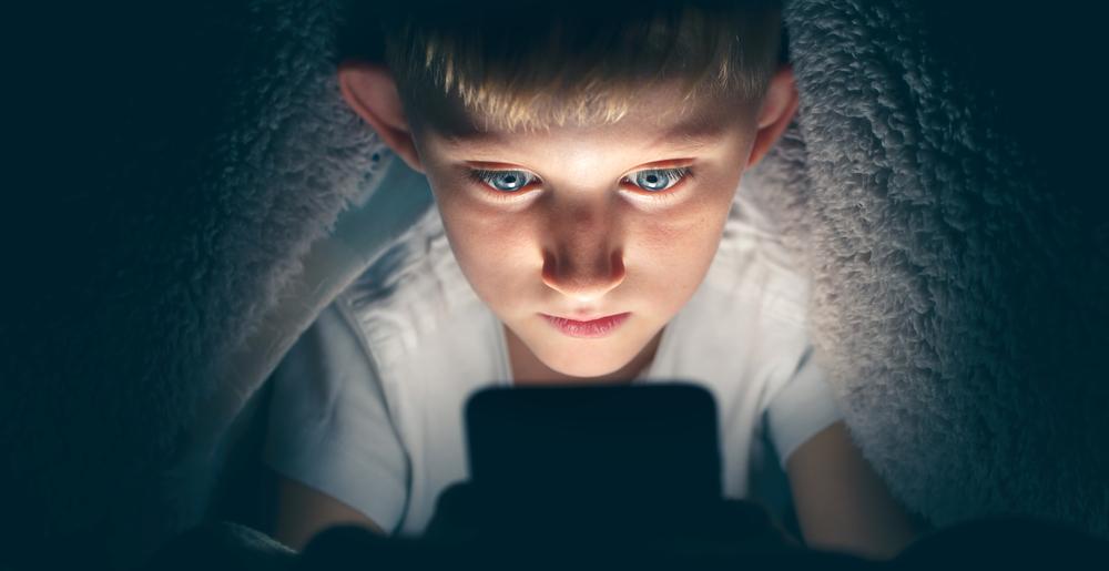 Até os 10 anos, é recomendado que as crianças não façam uso de tecnologias digitais sem supervisão. (Fonte: Alexxndr/Shutterstock)
