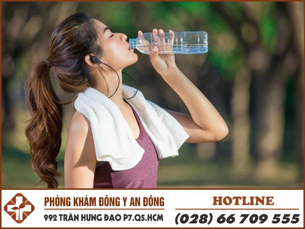 Bệnh nhân đau dạ dày uống nhiều nước có sao không?