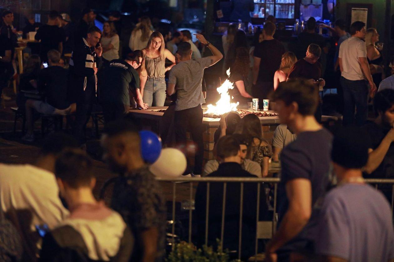 Натовп у барі в Коламбусі, штат Огайо, 15 травня 2020: фото DORAL CHENOWETH/AP