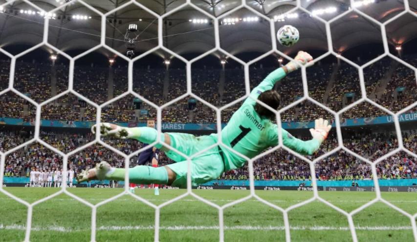 Borussia Mönchengladbach goalkeeper Jan Sommer made a stunning save