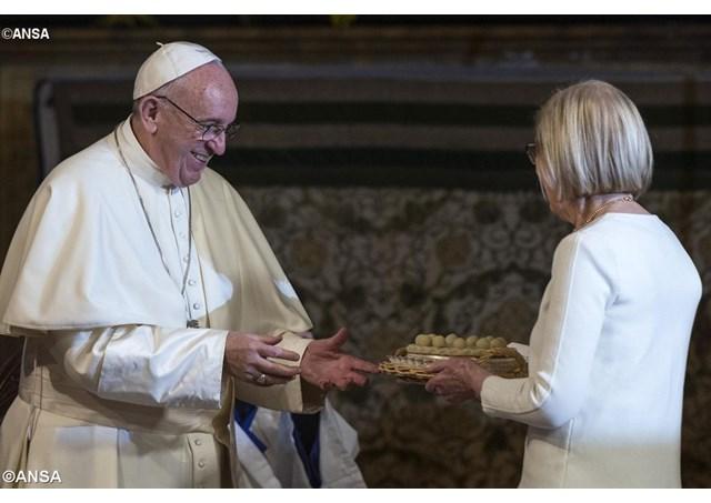 Đức Thánh Cha nhận quà tặng từ cộng đoàn Anh giáo ở Roma trong chuyến viếng thăm