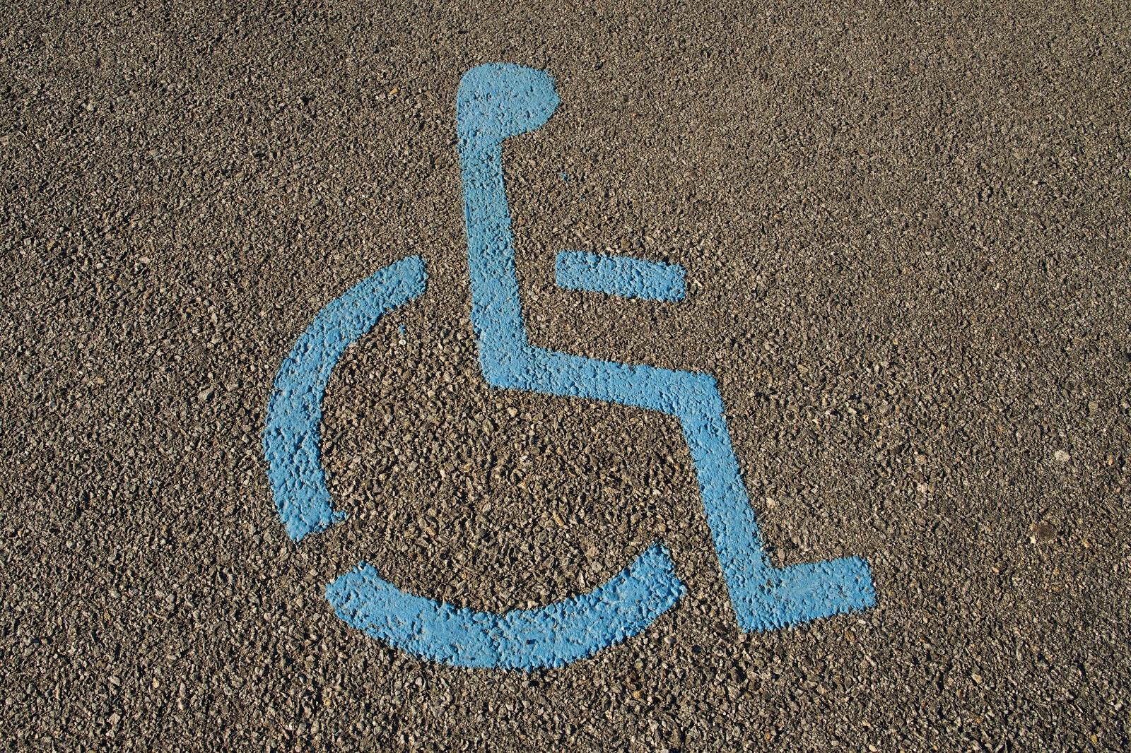 Asfalto pintado com símbolo de vaga especial para cadeirante