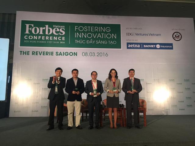 Bà Rebecca Taber (thứ hai từ phải qua), Giám đốc hợp tác chính phủ Coursera, TS. Phạm Minh Tuấn (thứ hai từ trái quá), TGĐ Topica Edtech Group, và các đại biểu tại Hội nghị Forbes, TPHCM, 8/3/2016.