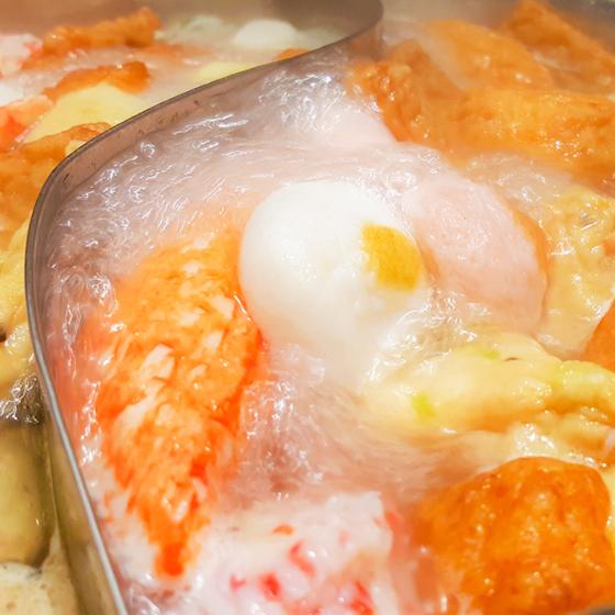 【日本精品關西煮綜合魚豆腐 × 1 包】日本兵庫縣產,內約含9種風味魚豆腐,以頂級鱈魚漿、金線魚漿為基底,因此口感細嫩滋味豐富。由日本職人精心製作,結合多樣巧思形塑各式風味樣貌。