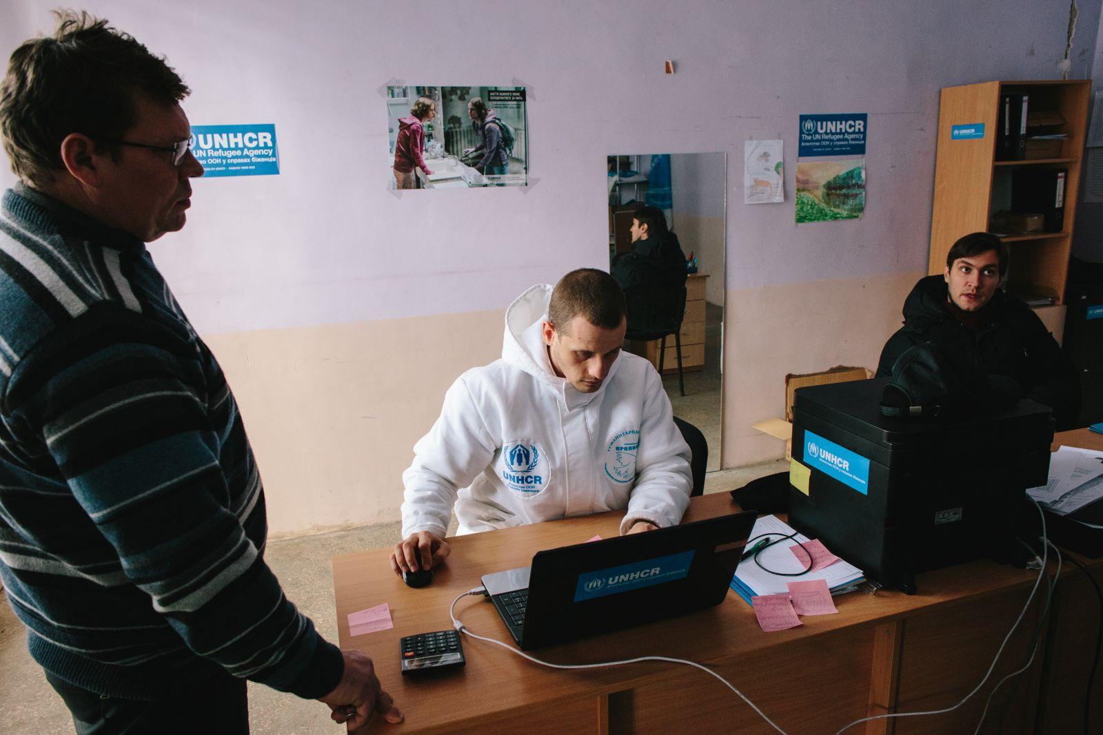 Волонтёры оказывают гуманитарную помощь и консультируют по социальным и правовым вопросам