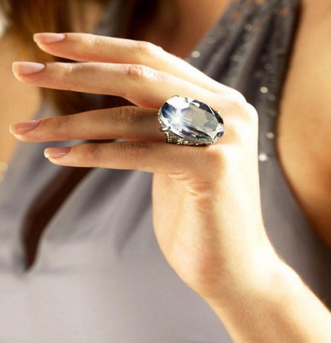 Великий камінь на тонких пальцях