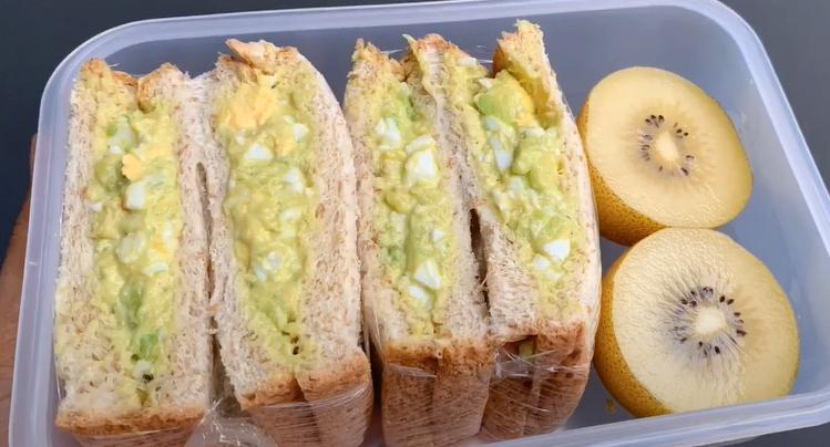 10. แซนด์วิชไข่ขาวอะโวคาโด