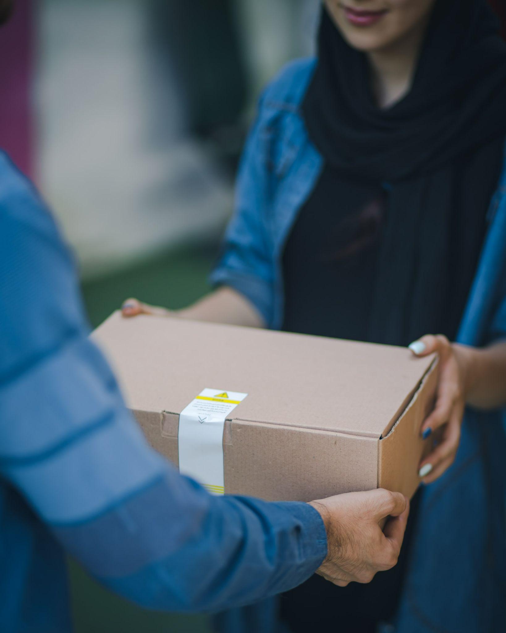 A escolha da transportadora certa ajuda o lojista a ter mais segurança de que a encomenda será entregue no prazo estipulado e com total segurança. (Foto: Unsplash)