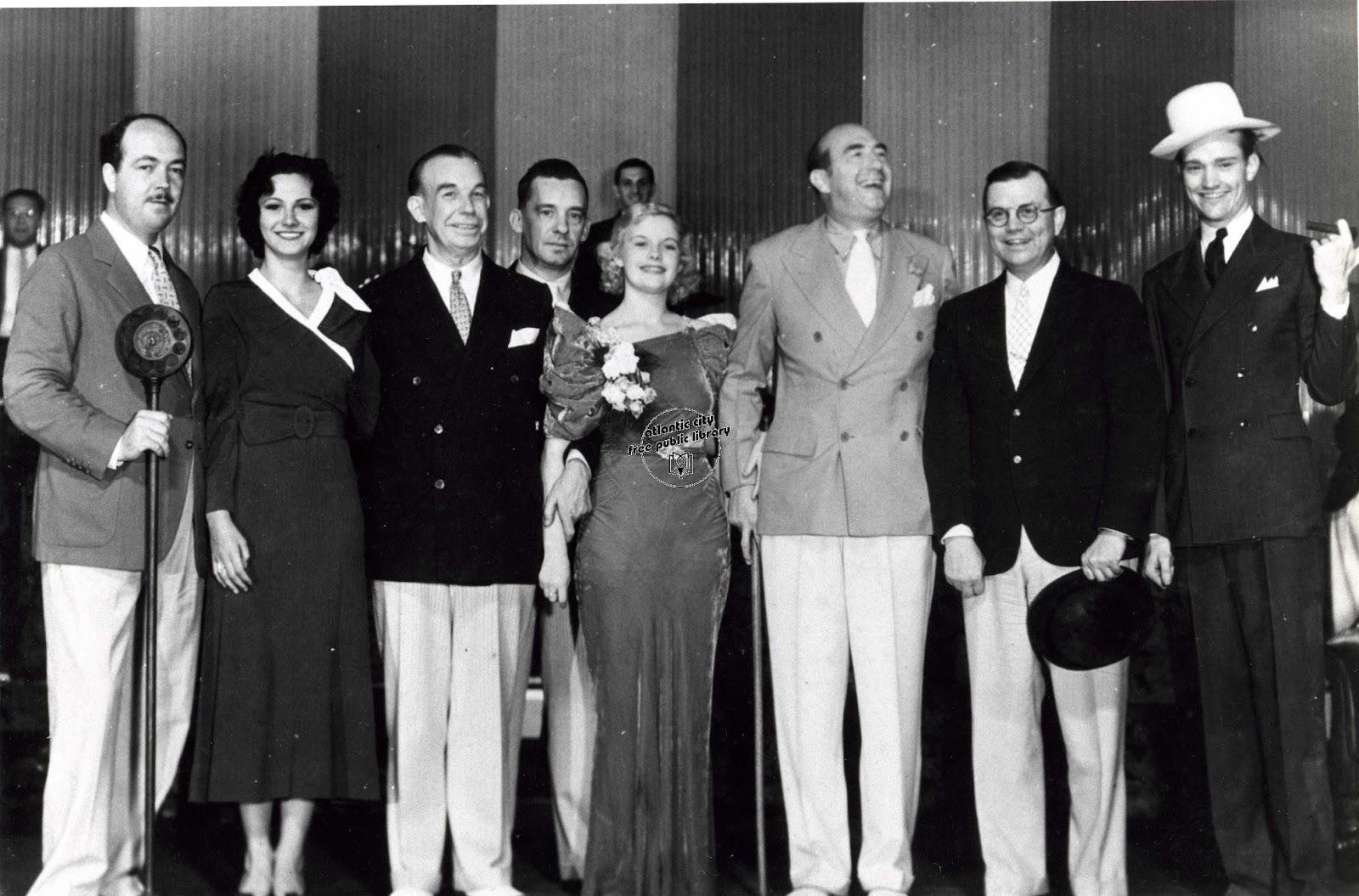 Светский лев: Джонсон (третий справа) с гостями устроенной им вечеринки в Атлантик-Сити. Рядом с ним Марион Бергерон, мисс Америка-1930 и Джозеф Кеннеди, отец будущего президента США. Он также сколотил состояние на нелегальной торговле спиртным (фото 1933 года)